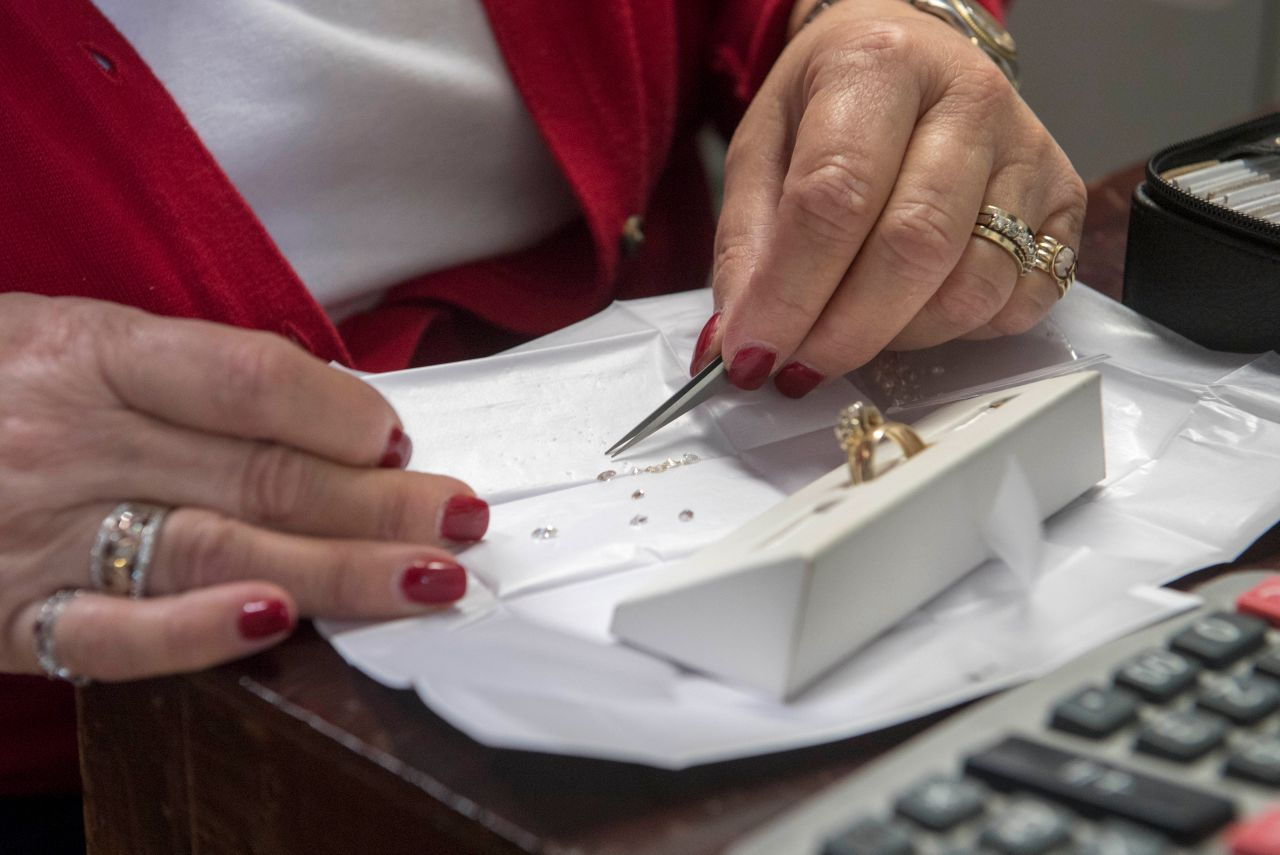 Selecting the perfect diamond for a custom ring